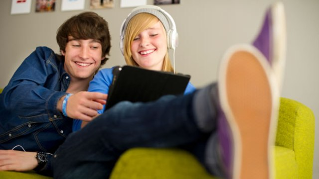 teens-with-tablet